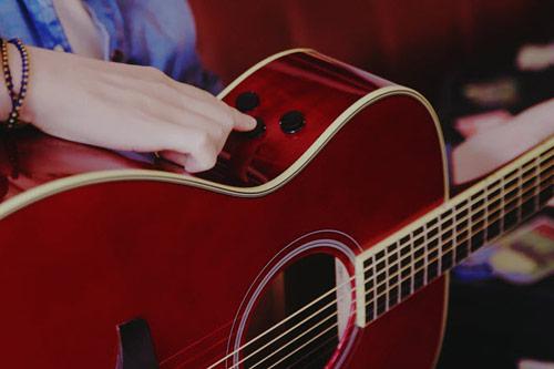 Transakustična kitara Yamaha