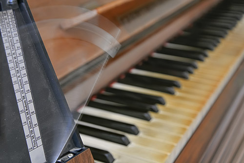 Metronom ob klavirju
