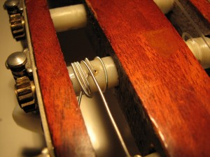 Struno ovij okoli prečke na vratu kitare