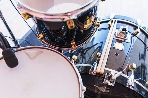 Akustični bobni z elektronskimi zvoki