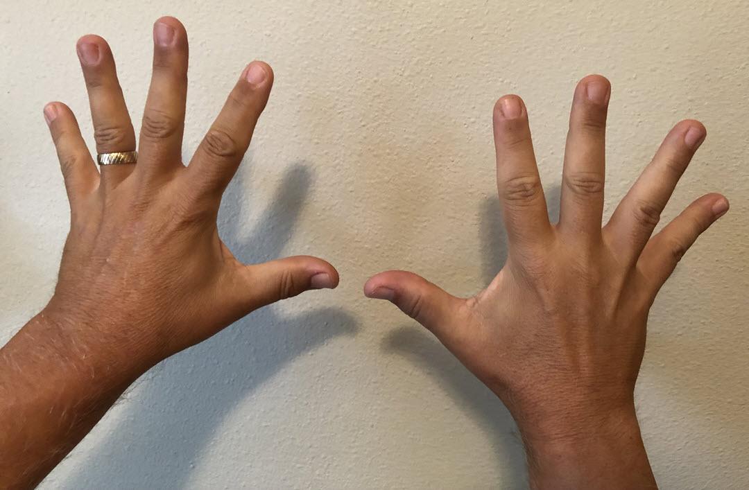 Raztezanje prstov pred igranjem klavirja