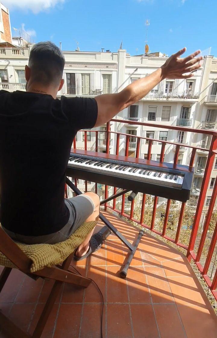 Igranje glasbila na balkonu