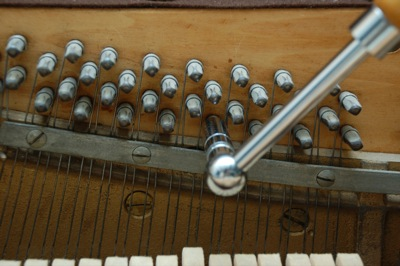 Uglaševanje strun s pomočjo ključa