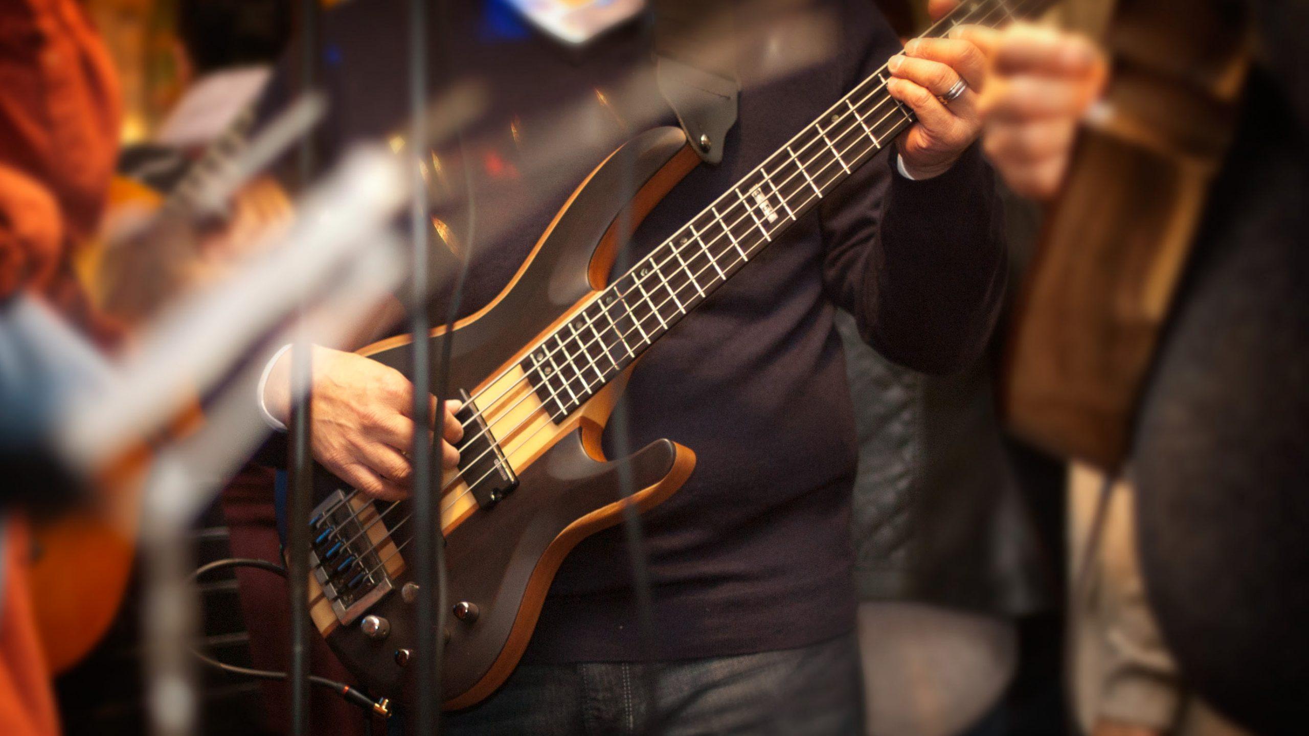 Pet strun na bas kitari