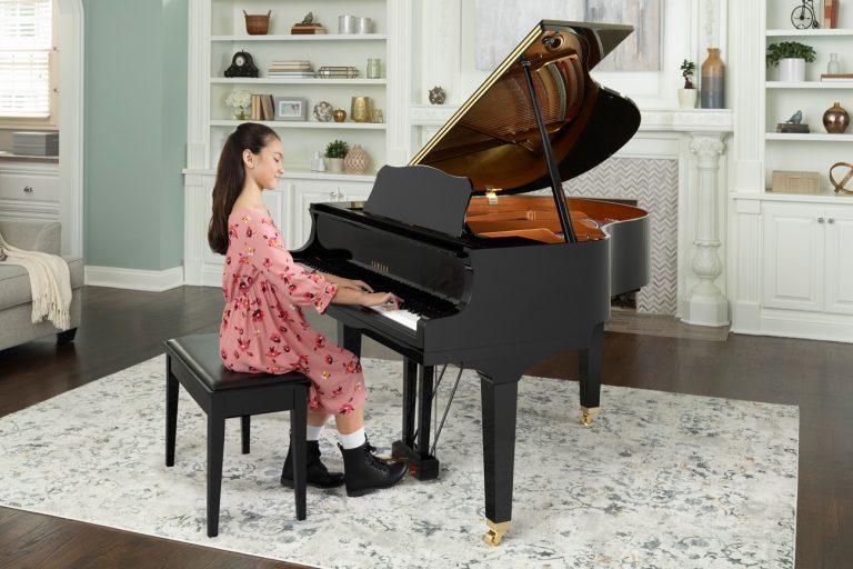 Električni klavir v obliki koncertnega klavirja
